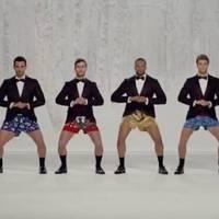 Férfiak hererázással játszák a Jingle Bellst - Videó