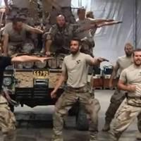 Katonák Grease musical egyik nótára zúzzák Afganisztánban