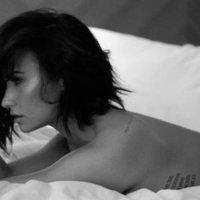 Demi Lovato pucéran az ágyon
