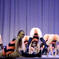 Iskolás lányok szexi tánccal provokáltak - Videó