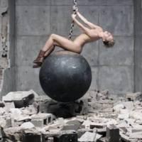 Teljesen meztelen Miley Cyrus az új klipjében