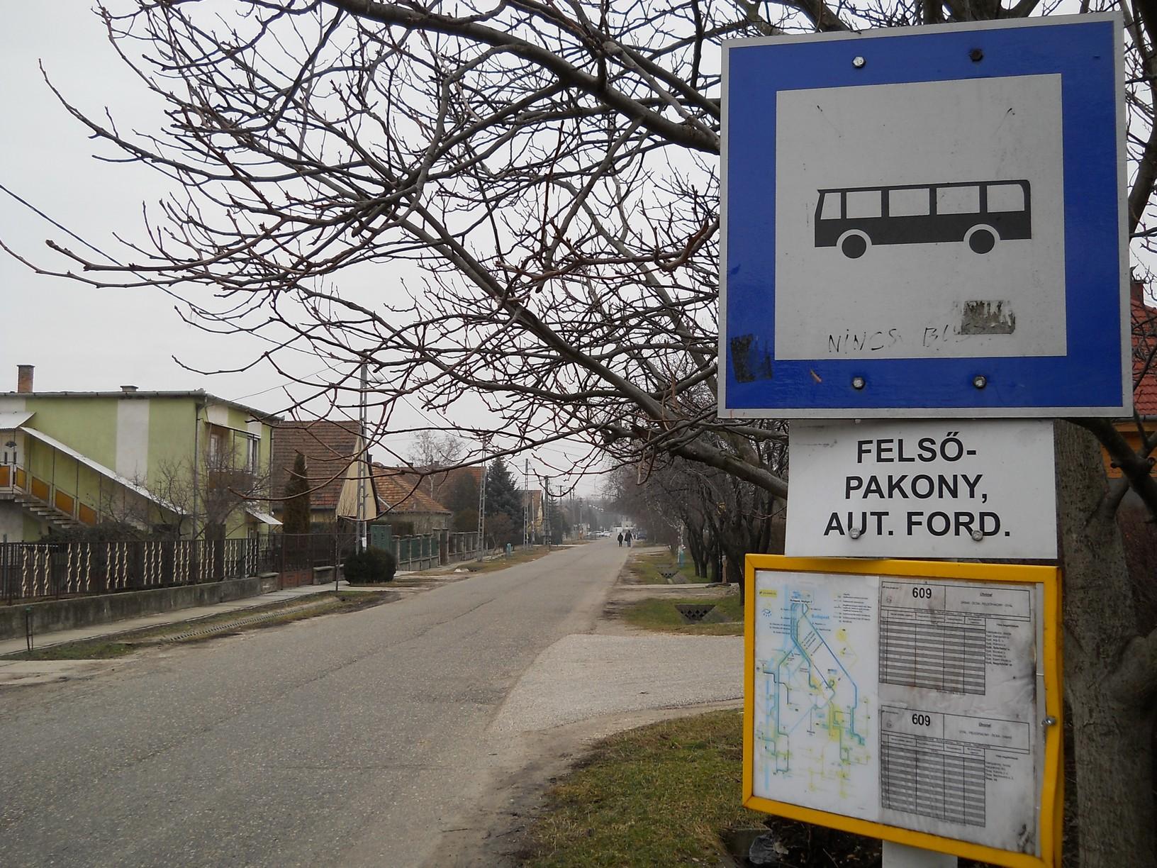 """""""Nincs busz"""" – olvasható a velős megállapítás a megállótáblára firkálva. Jelenleg Felsőpakonyból és Alsópakonyból is napi egy-egy buszjárat (!) közlekedik Ócsára, iskolai előadási napokon. Felsőpakonyból óránként jár vonat Ócsára és Pestre, de az Alsópakony településrészen épülő """"ócsai adóstelep"""" tömegközlekedéssel gyakorlatilag megközelíthetetlen. Bár – mint egy korábbi megbeszélésen elhangzott – a Volánbusz nem zárkózik el attól, hogy """"agglomerációs hálózatába illessze az Ócsa és Alsópakony melletti szociális lakóparkot"""", az ATV-nek nyilatkozó Korózs Lajos ezt nehezen tudja elképzelni"""
