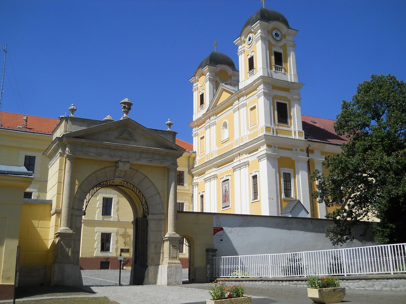 A pálosok Magyarok Nagyasszonya kegytemploma Márianosztrán. Az épület homlokzatán olvasható emléktábla szerint 1352-ben Nagy Lajos magyar király építtette a kolostorral együtt. 1526, Mohács után csak 1729-ben készült el a jelenlegi hajórész és a teljes berendezés. II. József feloszlató rendelete, 1786 után 1989-ben kezdődhetett újra a pálosok élete a templomban