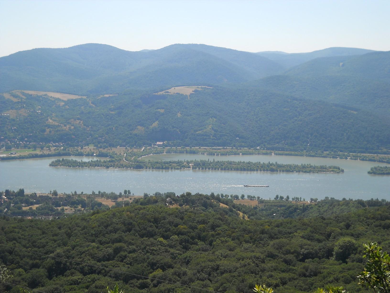 Kilátás a Julianus-toronyból: szemközt a Visegrádi-hegység csúcsai