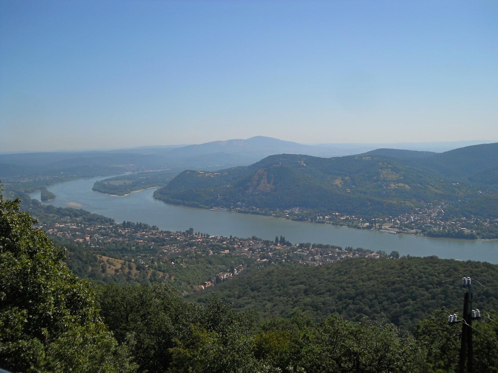 Csodálatos panoráma a Julianus-kilátóból: alattunk Nagymaros, balra a Szentendrei-sziget csúcsa, háttérben a Naszály, a túlsó oldalon Visegrád és a Fellegvár
