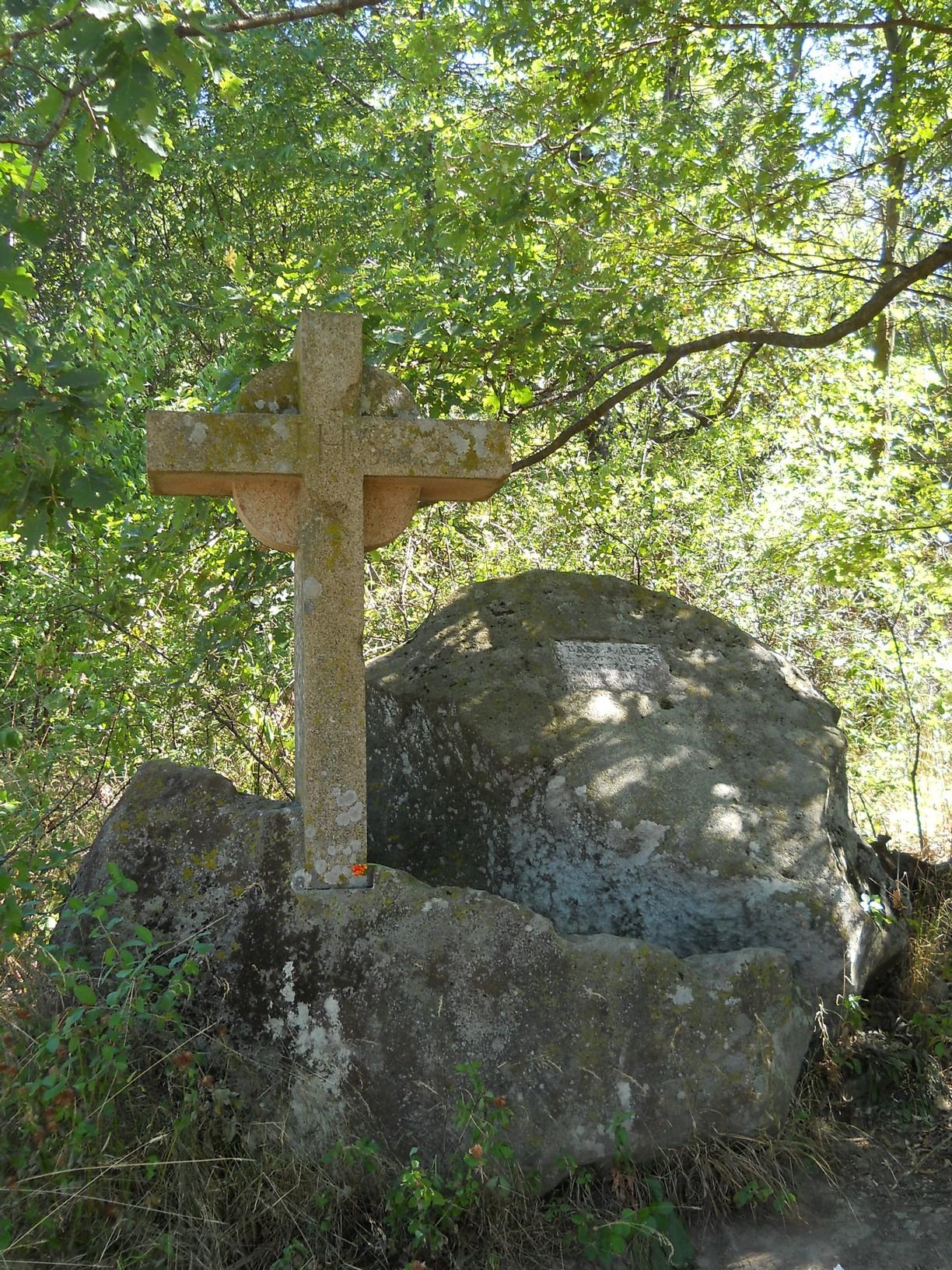 Rövid pihenő az Inóci-vágásban, félúton a Nagy-Hideg-hegy felé. Az 1935-ben tragikus síbalesetet szenvedett egyetemista, Barna Ferenc kőkeresztje