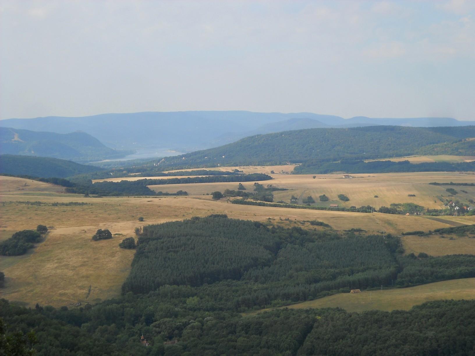 Kilátás a Nagy-Kő-hegy csúcsáról a Dunakanyarra