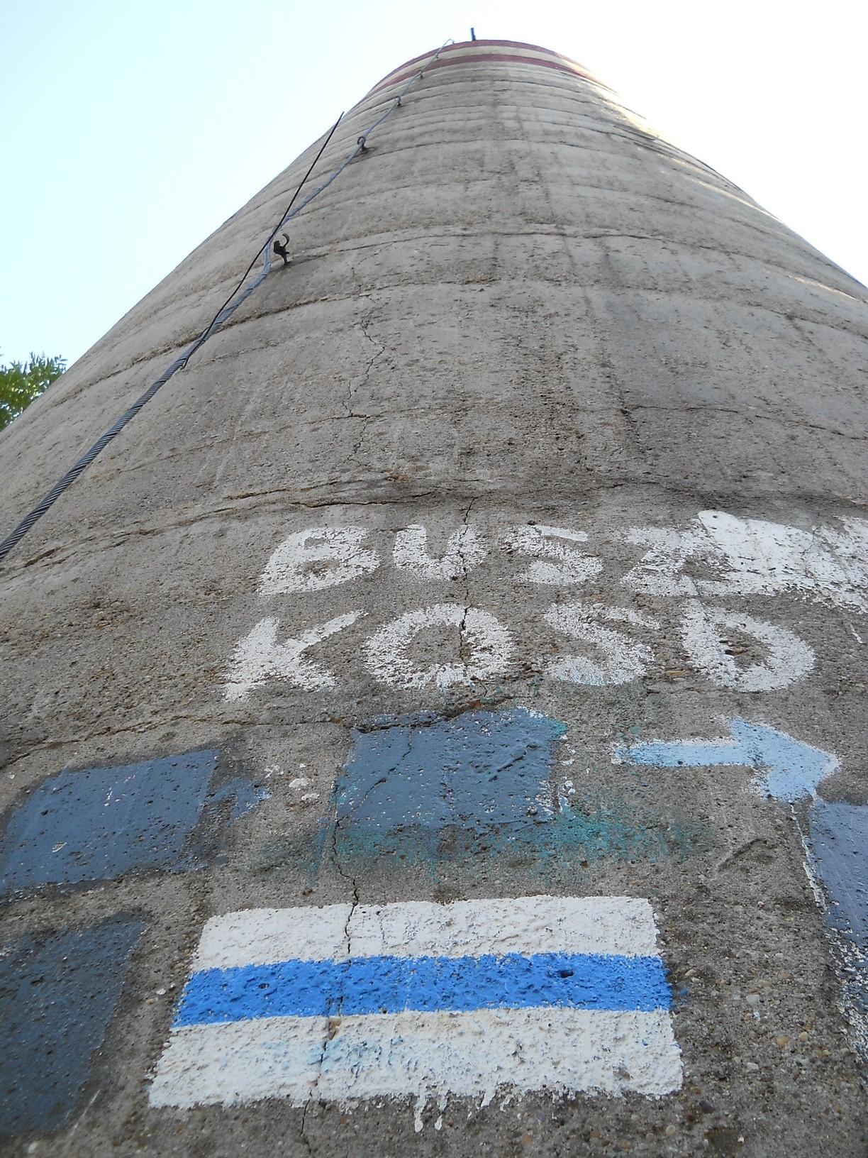 Geodéziai mérőtorony a Naszály 652 méter magas csúcsán. Felmenni tilos és életveszélyes, így a panorámától el kellett tekintenem