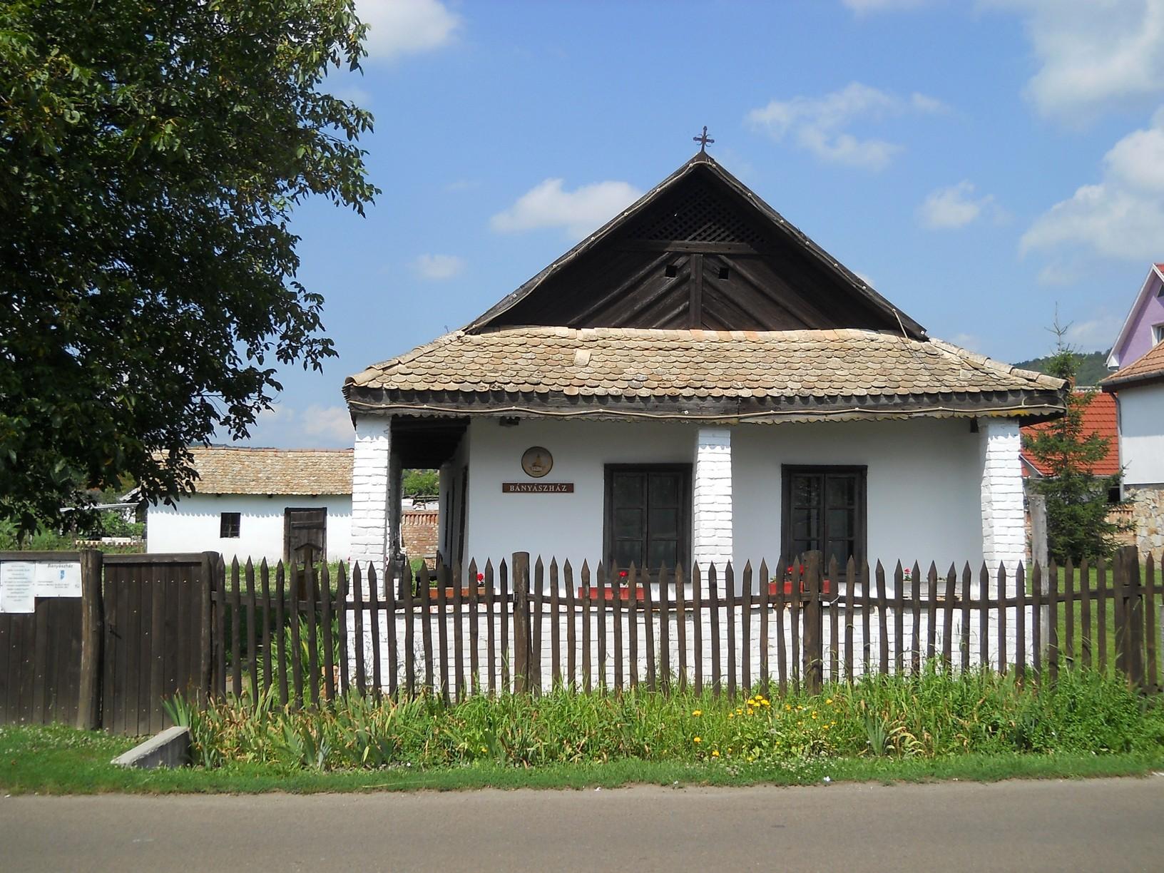 Az eredeti palóc parasztház a település bányászmúltjának állít emléket