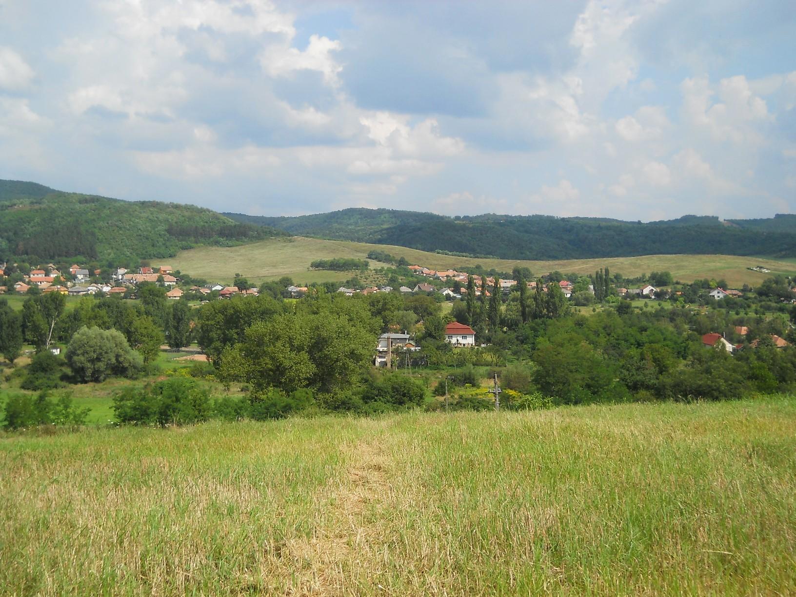 Kazár látképe a dombtetőről