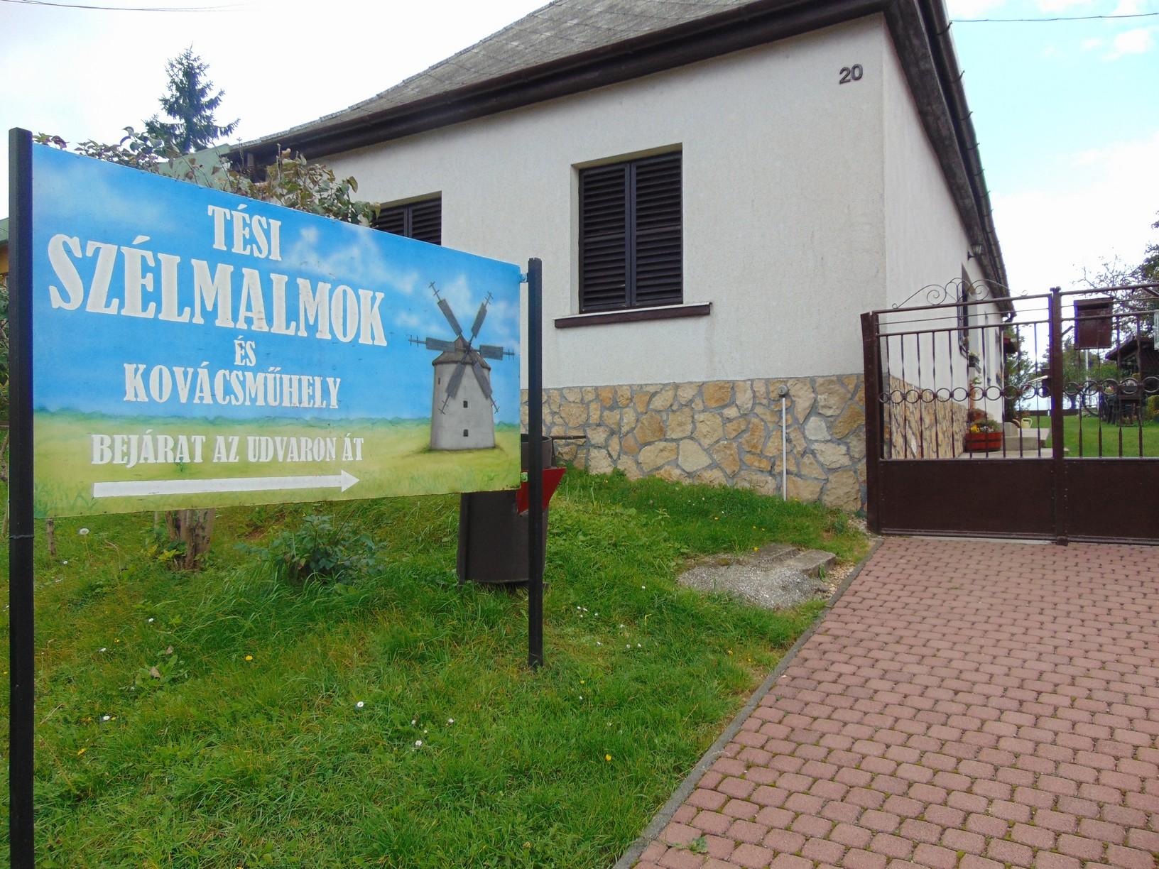 Tés a Bakony legmagasabban fekvő települése, Várpalotától 14, Zirctől 32 kilométerre található
