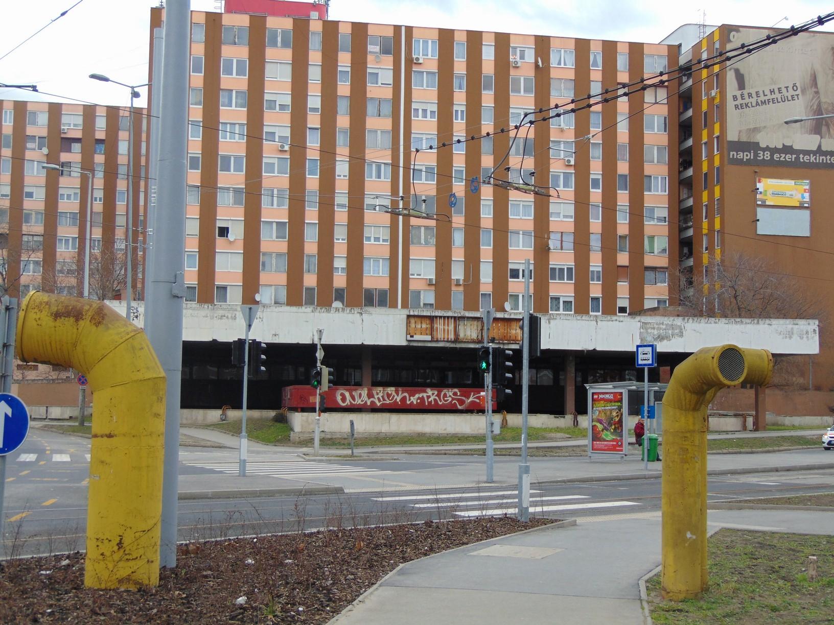 A tervezett metróállomás helye 2015-ben, előtérben az állomáshoz épült hatalmas szellőzőkürtők, a háttérben a szolgáltatóház látszik