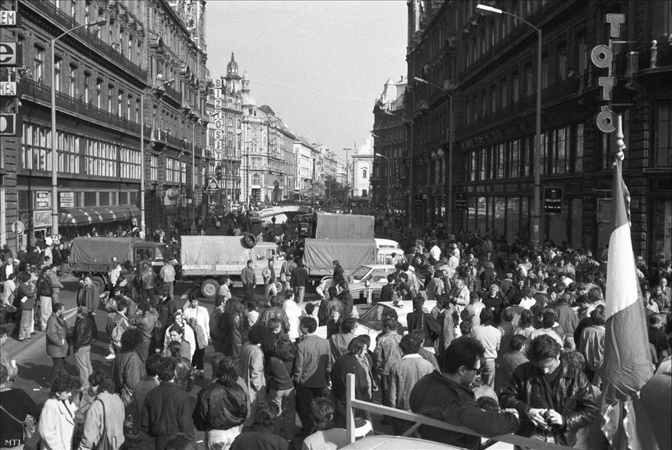 Tüntetők a lezárt Erzsébet híd pesti hídfőjénél. Fotó: Rózsahegyi Tibor, MTI