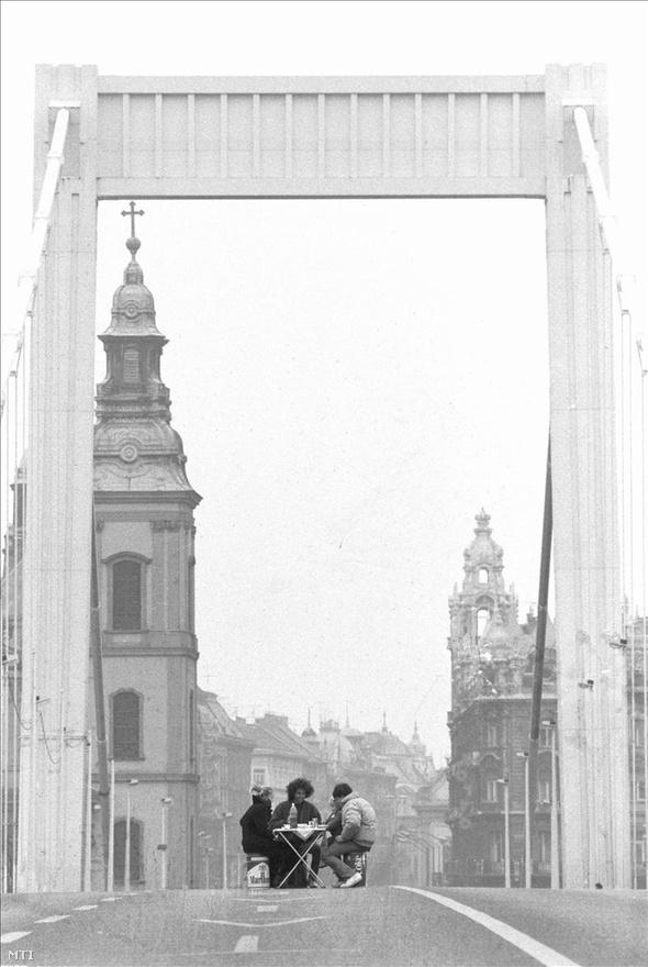 Piknikezők az üres, lezárt Erzsébet hídon. Fotó: Kleb Attila, MTI