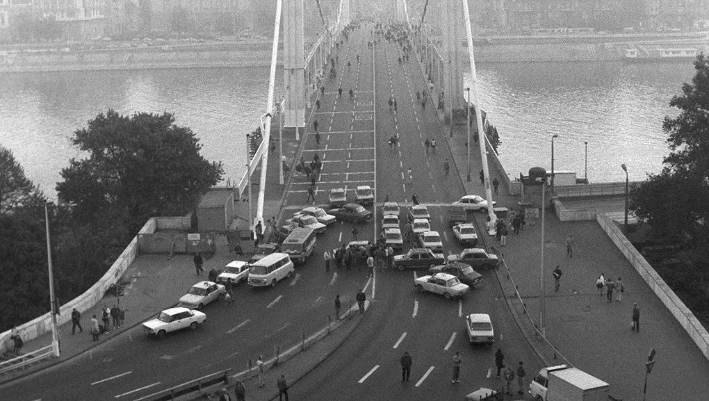 Taxik és személyautók az Erzsébet híd budai hídfőjénél. Fotó: Cser István, MTI