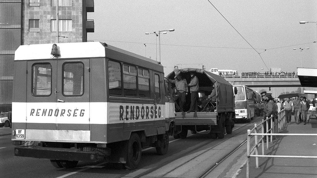 Rendőrségi járművek az Árpád hídnál. Fotó: MTI