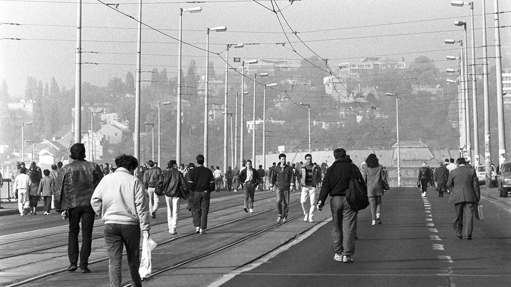 A Duna egyik oldaláról a másikra metróval vagy gyalogosan lehetett átjutni. Fotó: Kleb Attila, MTI