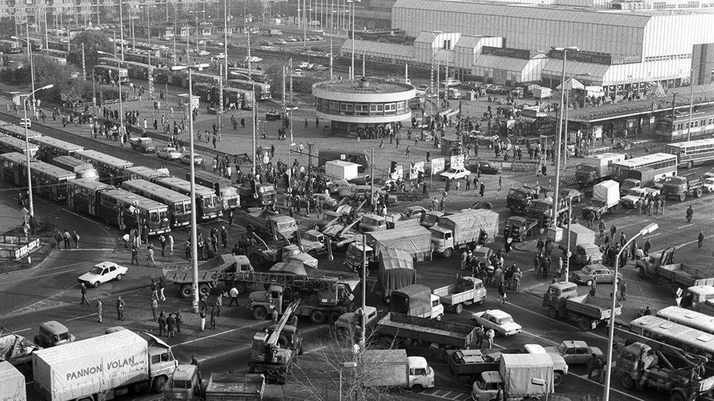 Az Örs vezér terénél is teljesen megbénult a forgalom. Fotó: Demecs Zsolt, MTI