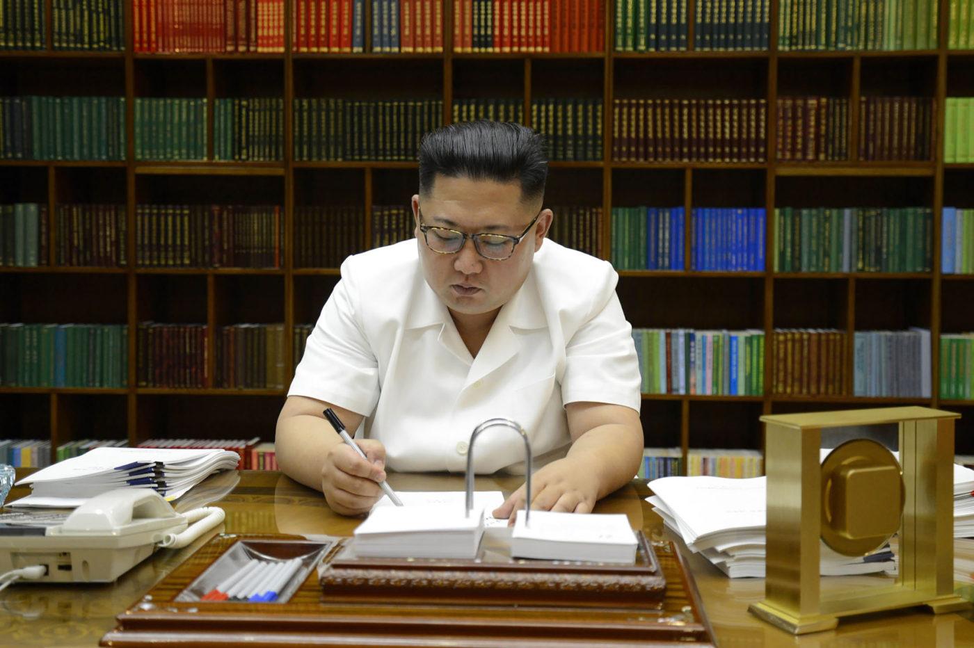 Kim Dzsongun éppen aláír egy nukleáris fegyverkezéssel kapcsolatos szerződést.
