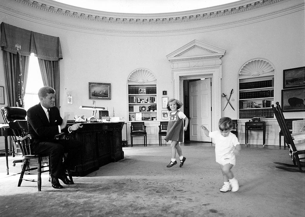 John F. Kennedy gyerekei társaságában.