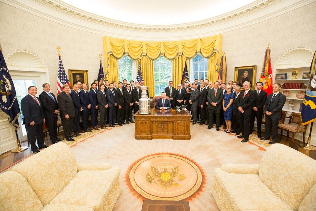 Donald Trump a Pittsburgh-i Pigvinek bajnok hokicsapatával. Trump az arany szín dominanciájával rendezte át a szobát.