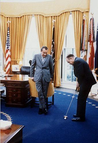 Richard Nixon golfszenvedélyének hódol az Ovális irodában.