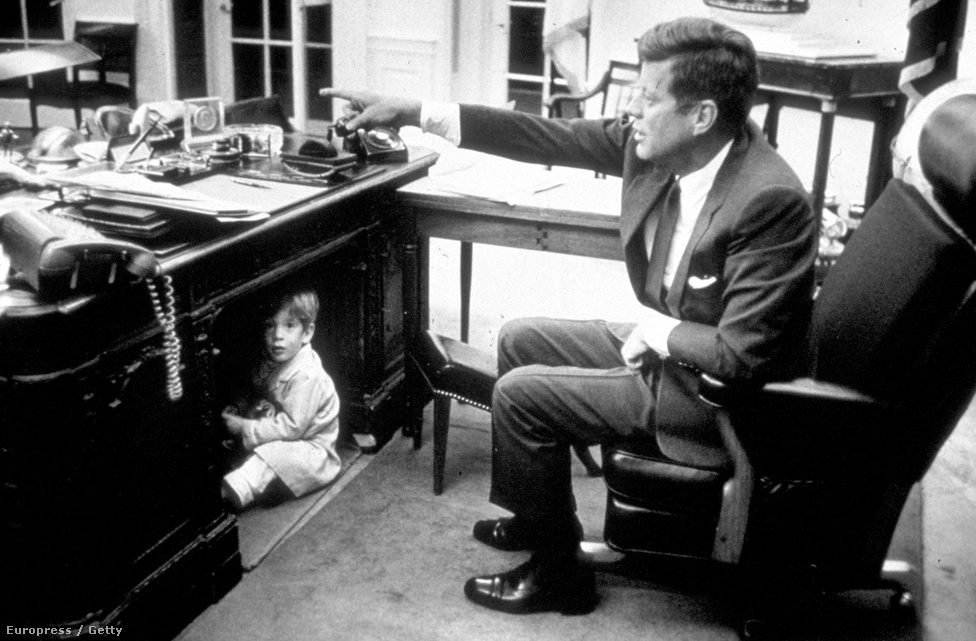 Az ifjabbik JFK nagyon szeretett a Rezolút asztal alatt játszani.