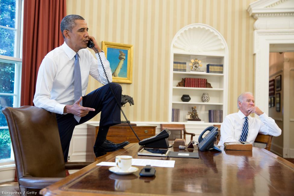 Obama lábfeltevéséből kisebb botrány lett. A sajtó azonban hamar kiderítette, hogy egy sor elnök tette már fel a lábát az elnöki asztalra.
