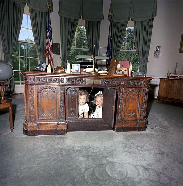Kennedy gyermekei az asztal alatt játszanak.