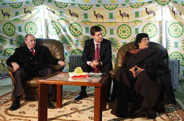 Vlagyimir Putyin orosz elnök és Moammar Kadhafi líbiai diktátor. Sátorban egyeztetnek.