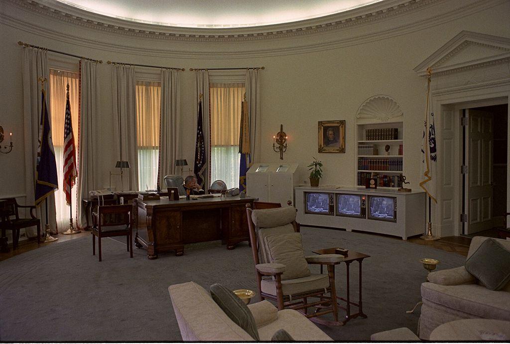 Lyndon Johnson elnök nézi a televíziót az irodában.