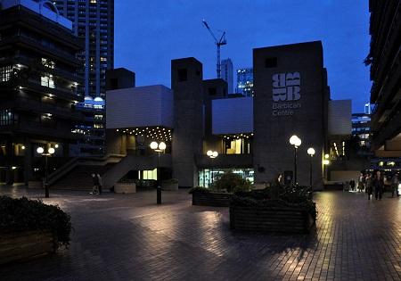 A Barbican Centre esti fényei.