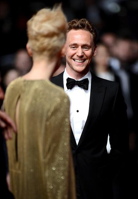 Tom Hiddleston Tilda Swintonra mosolyog a cannes-i vörös szőnyegen.
