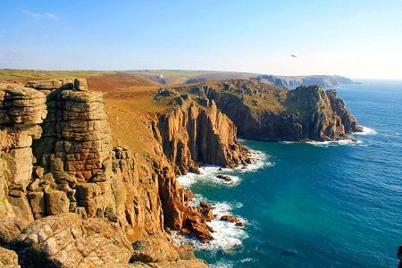 A cornwalli tengerpart eszményi háttér a küzdelmes-kalandos romantikához.