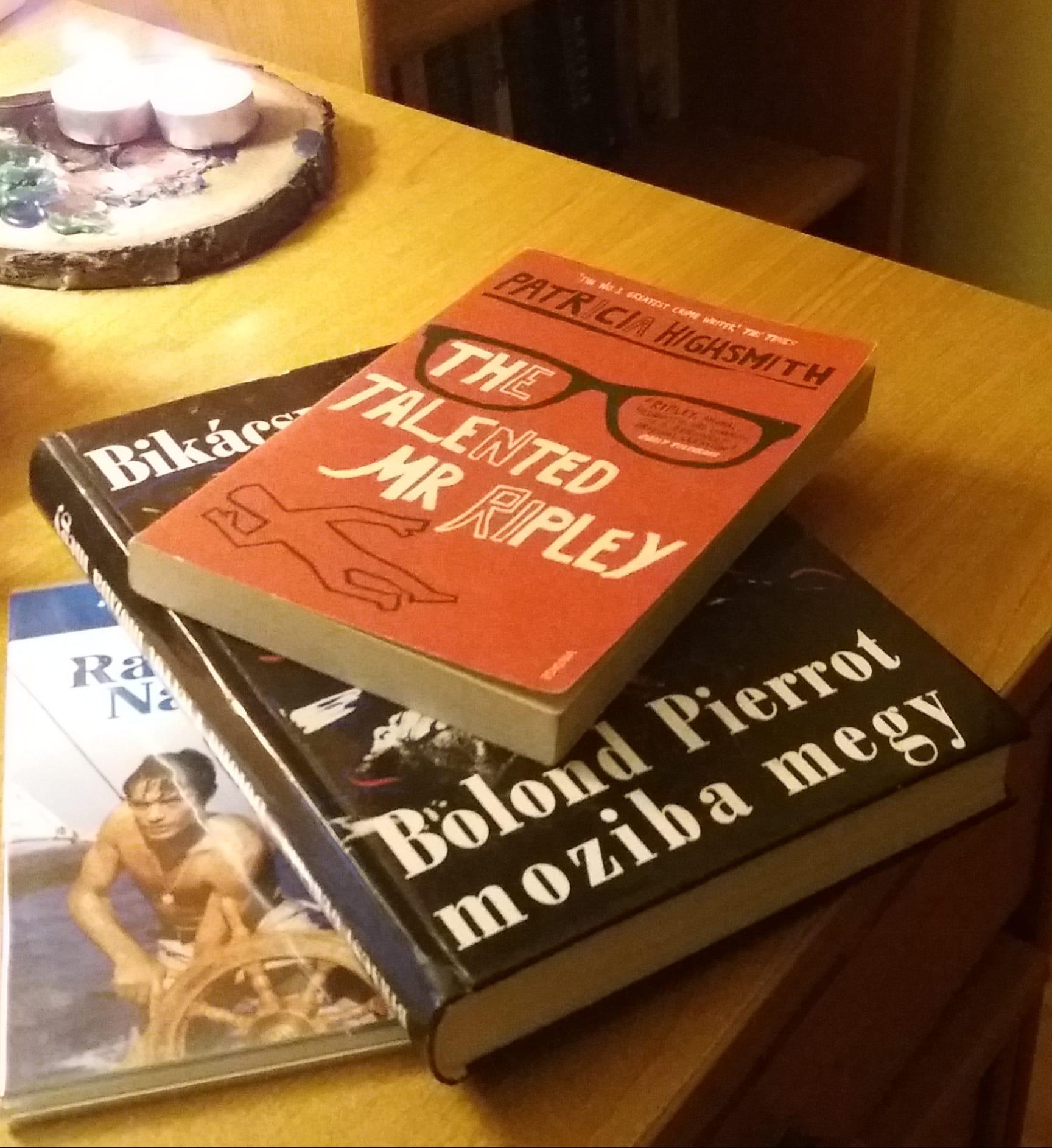 Patricia Highsmith (1921-1995) összesen 5 Ripley-regényt írt. A tehetséges Mr. Ripley volt az első, amelyet a Ripley a mélyben, a Ripley és a maffiózók, a The Boy Who Followed Ripley és a Ripley Under Water követett.
