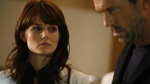 Dr. House mindenkori háromfős orvosi csapata is főszerephez jut. (A képen Dr. Allison Cameron/Jennifer Morrison látható.)