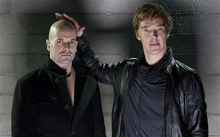 És amit egy igazi Sherlock Holmes rajongó ki nem hagyhat: 2011-ben Jonny Lee Miller és Benedict Cumberbatch felváltva játszotta a főszerepeket a Fankenstein c. darabban, a Royal National Theatre színpadán, Danny Boyle rendezésében. Azaz Sherlock és Sherlock állt egymással szemben a színpadon. Alakításáért mindkét színész több díjat kapott. A darab máig akkora siker, hogy vetítik a mozik. Nálunk az Uránia moziban nézhetitek meg december 9-én illetve 16-án este.