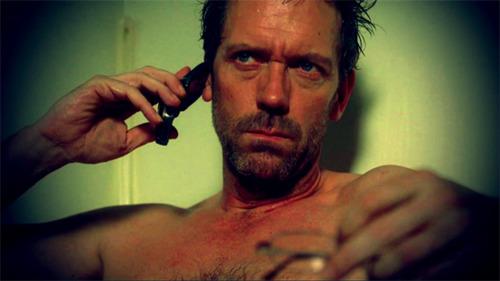 Hugh Laurie még 58 évesen is nagyon vonzó, kék szeméhez a kék inge áll rendkívül jól, tud, szeret és szokott zongorázni.