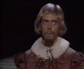 Hugh Laurie Shakespeare-ként, rózsaszín hajjal. Az ember napokig tud nevetni rajta.