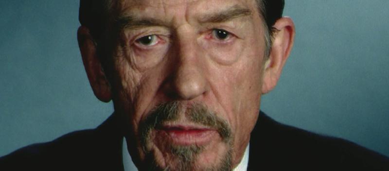 John Hurt mint könyörtelen diktátor a V mint Vérbosszú c filmben. Két évtizeddel korábban John Hurt még Winstont alakította az 1984 filmváltozatában.