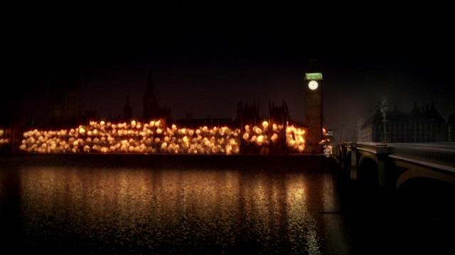 Ez a kép a Sherlock 3. évadának 1. részéből származik. Ez az epizód nagyon sok ötletet és vizuális megoldást átvett a V mint vérbosszú című filmből, amelyben ugyanígy robban az angol parlament.
