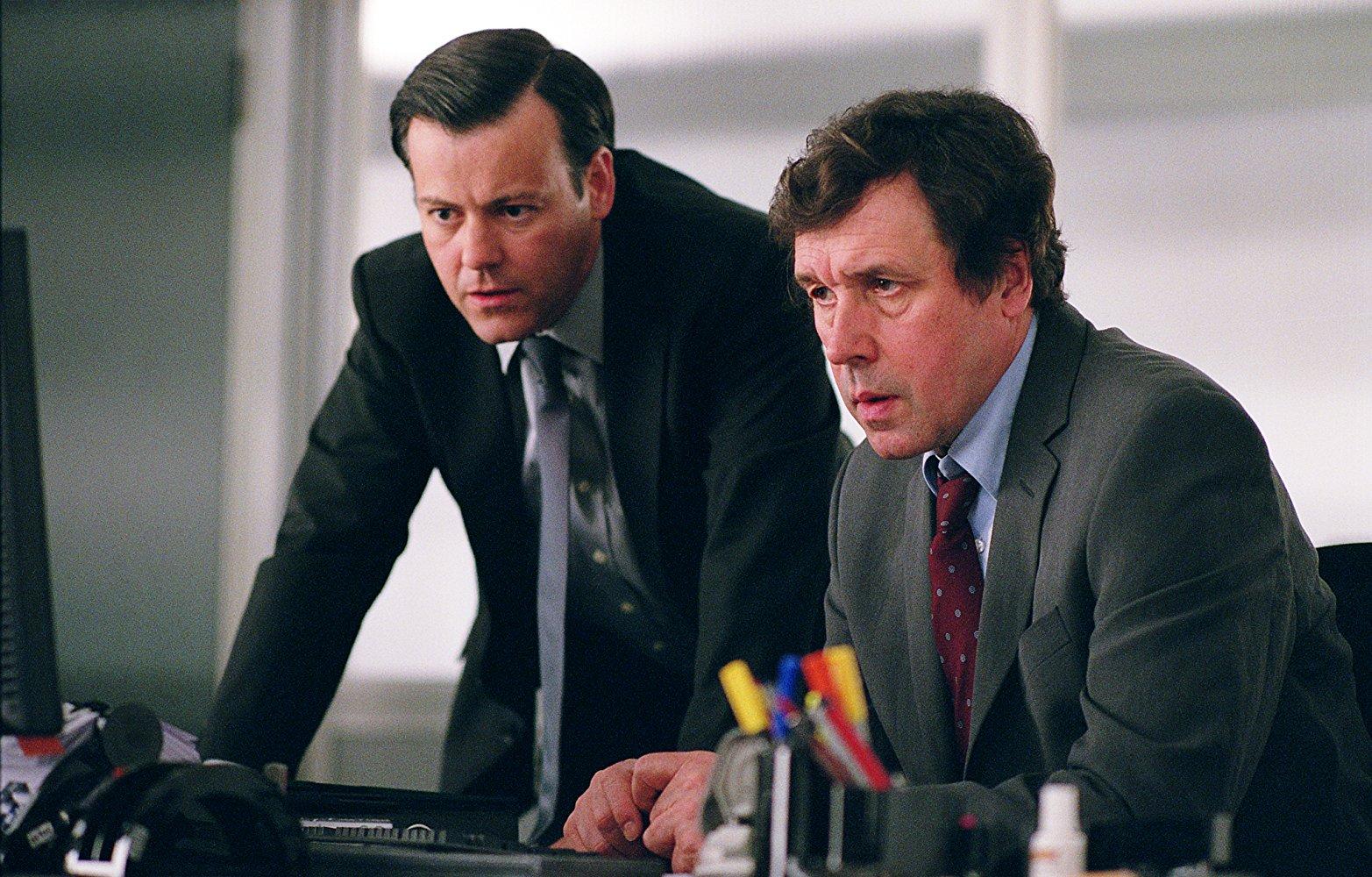 Rupert Graves és Stephen Rea a V mint Vérbosszú c. filmben. Érdekesség, hogy Rupert Graves nem sokkal később a Sherlock egyik epizódjában is látta felrobbanni a parlamentet, hiszen a Sherlockban is szerepel.