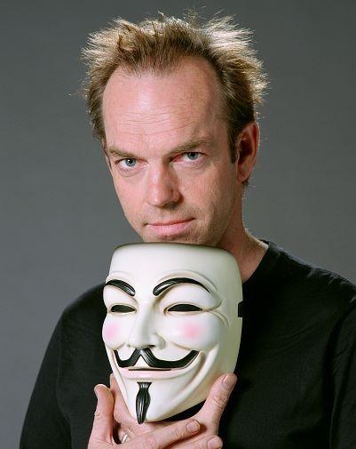 Az ember a maszk mögött: Hugo Weaving a V mint Vérbosszú c. filmben majdnem végig maszkot hord, ha éppen nem, akkor az arca árnyékban van, ezért nem látjuk.