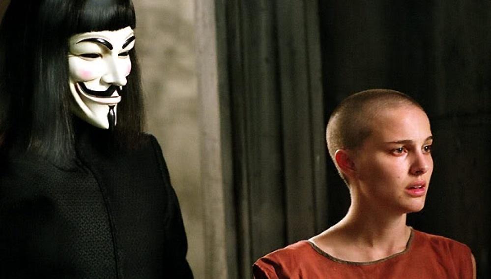 Hugo Weaving és Natalie Portman a V mint Vérbosszú című filmben.