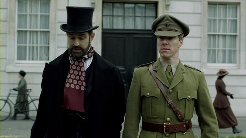 Christopher bátyának szerepében Rupert Everett tűnik föl.