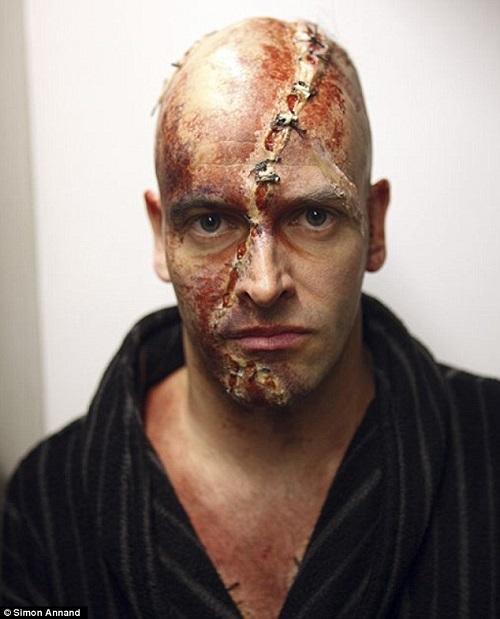 Jonny Lee Millert is órákig sminkelték.