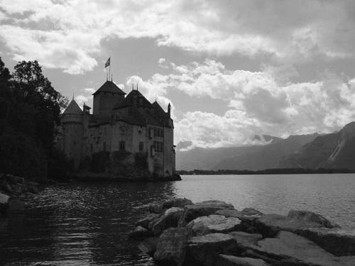 A regény nagy része a Genfi-tó partján játszódik, itt nyaralt Mary Shelley 1816-ban.