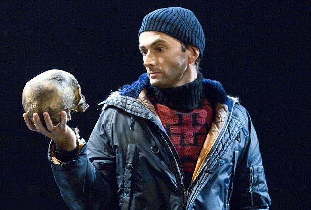 'David Tennant Hamlet szerepében energikus, felfokozott és cselekvésre kész, mégis habozik. Dánia politikai drámája éppúgy foglalkoztatja, mint családi tragédiája.'