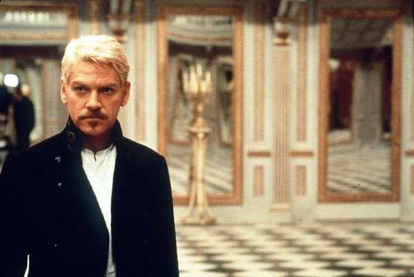 'Ami még nagyon izgalmas a filmben, az Hamlet nagymonológja: úgy tűnik, ehhez minden rendező hozzá akarja tenni a magáét, kicsit újraértelmezve azt: Branagh kétoldali tükröket alkalmaz, ahonnan Hamlet egyfelől magát láthatja, másfelől viszont ellenségei kémkednek utána, s ez visszatükröződésként látható számára. így aztán plusz üzenete a monológnak, hogy Hamlet sosincs biztonságban, nincs olyan szeglete a dán birodalomnak, ahol ne láthatnák őt, ne hallhatnák (ne hallgatnák ki) szavait. Érdekes és ma is aktuális gondolat, nem is kell messzire mennünk, elég egy-két kapcsolódó Black Mirror részt megnéznünk...'