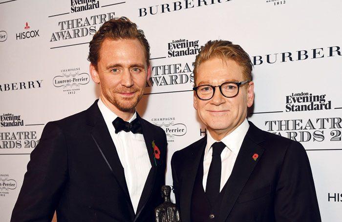 Az előadást Kenneth Branagh rendenzte, aki annak idején a Thor rendezőjeként fölfedezte Tom Hiddlestont Loki szerepére.